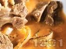 Рецепта Задушено телешко месо на парчета (хапки) с печен лук и доматен сос яхния